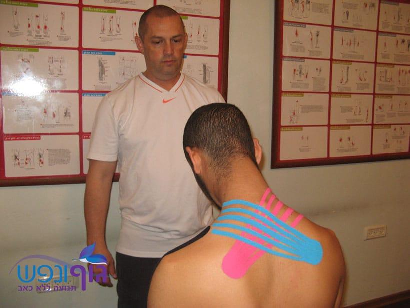 טיפול במתיחת צוואר באמצעות קינזיו טייפ